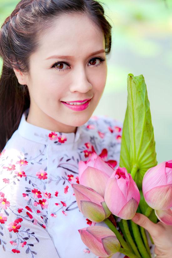 Hình nền girl xinh dịu dàng bên hoa sen