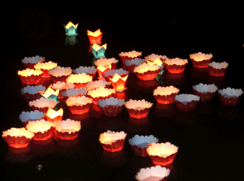 Hình nền trung thu - Lồng đèn lung linh giữa hồ