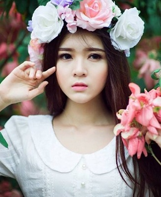 Hình nền girl xinh buồn man mác bên hoa