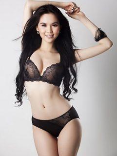Hình nền girl xinh – Ngọc Trinh cực nóng bỏng trong bikini đen đầy quyến rũ