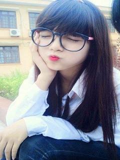 Tải hình girl xinh dễ thương đeo kính tạo dáng cực kute
