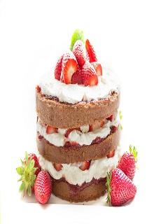Bánh sinh nhật kem tươi được trang trí bằng dâu tây 2018